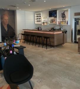 The lounge or bar area at Sorat Hotel Saxx Nürnberg