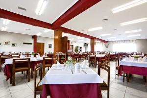 A restaurant or other place to eat at Hostal San Andrés