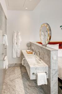 A bathroom at Hyperion Hotel Dresden Am Schloss