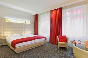 A bed or beds in a room at Hotel St.Gotthard