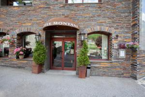 The facade or entrance of Hotel Montané