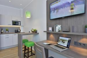 A television and/or entertainment centre at Appartello Smarttime living Hamburg