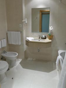 Uma casa de banho em Cova da Iria Hotel