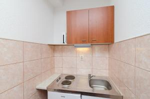 A kitchen or kitchenette at Apartments Matana Chano