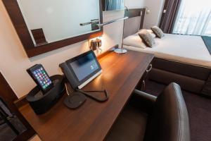 Una televisión o centro de entretenimiento en Hotel City Garden Amsterdam