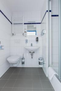 A bathroom at a&o Weimar
