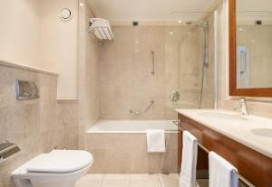 A bathroom at Ilunion Aqua 4