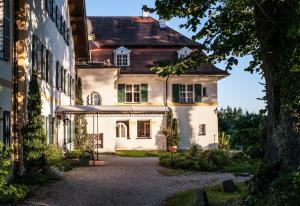 Ein Garten an der Unterkunft Biohotel Schlossgut Oberambach