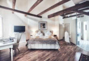 Ein Bett oder Betten in einem Zimmer der Unterkunft Biohotel Schlossgut Oberambach