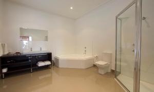 A bathroom at Ikon Hotel