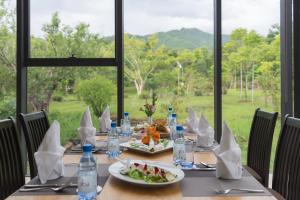 A restaurant or other place to eat at Thanh Tan Hot Springs By Fusion