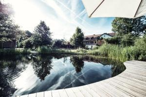 Der Swimmingpool an oder in der Nähe von Biohotel Schlossgut Oberambach