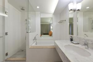 A bathroom at Hisea Huahin Hotel