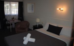A bed or beds in a room at Budget on the Lake