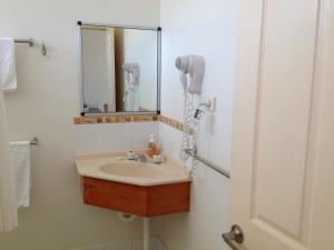 A bathroom at Shell Motel (Pearly Shell Motel)