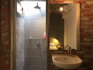 Un baño de The Frame Guesthouse