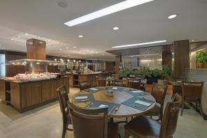 A restaurant or other place to eat at Hotel Deville Curitiba Batel