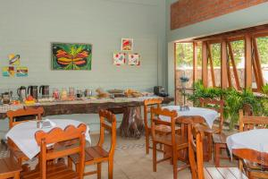 A restaurant or other place to eat at Pousada Rancho Jarinu