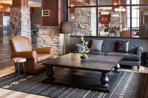O lounge ou bar de Embassy Suites Anchorage
