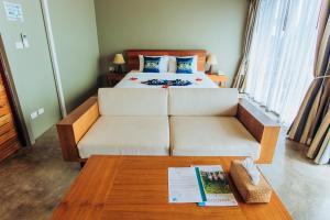 A bed or beds in a room at Koh Yao Yai Hillside Resort