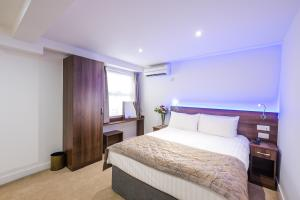 A bed or beds in a room at Signature London
