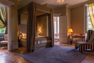 A bed or beds in a room at Château de Saint Paterne