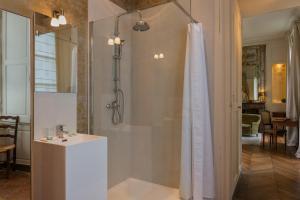 A bathroom at Château de Saint Paterne