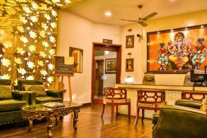 The lounge or bar area at Hotel Pearl Palace