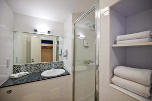 A bathroom at Leonardo Inn Aberdeen Airport