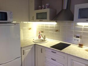 Кухня или мини-кухня в Apartment on Lenina st.56