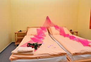 Posteľ alebo postele v izbe v ubytovaní Apartmany Broma