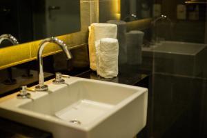 Um banheiro em ibis Styles Boa Vista