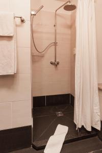 A bathroom at Hotel Aviv Dresden