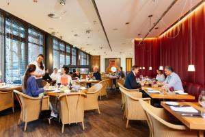 Ein Restaurant oder anderes Speiselokal in der Unterkunft THE MADISON Hotel Hamburg