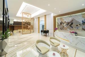 The lounge or bar area at Bandara Suites Silom, Bangkok