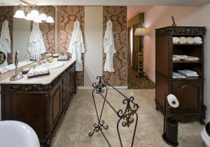 A bathroom at House of Splendor Boutique Hotel and Spa