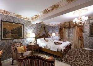 A bed or beds in a room at House of Splendor Boutique Hotel and Spa