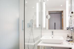 A bathroom at Mercure Krakow Stare Miasto