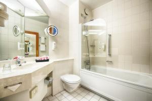 A bathroom at Leonardo Hotel Aachen