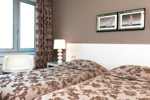 A bed or beds in a room at Hotel Aguado