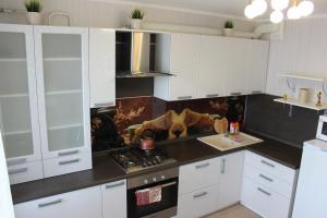 """Кухня или мини-кухня в Apartments on Lenina 151 """"TatarHotel"""""""