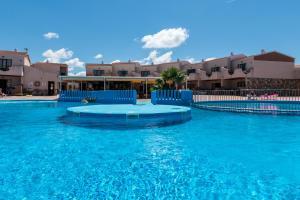 Het zwembad bij of vlak bij Apartamentos Lentiscos by MIJ