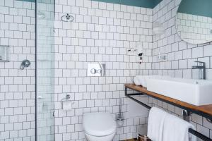 A bathroom at Fabrika Hostel & Suites