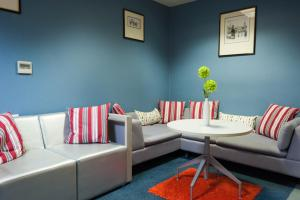 A seating area at Russell Scott Backpackers Hostel