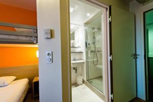 A bathroom at Premiere Classe Sens Nord- Saint Clément