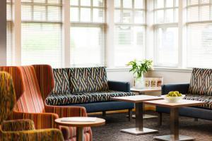 The lounge or bar area at Leonardo Inn Aberdeen Airport