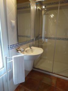 A bathroom at Falésias da Arrifana