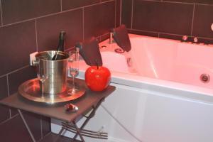 Een badkamer bij Mas Les Filaos (B&B&Bike)