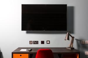 Телевизор и/или развлекательный центр в Village Hotel Birmingham Dudley