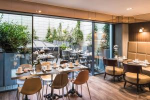 A restaurant or other place to eat at Hôtel Paris Bastille Boutet - MGallery